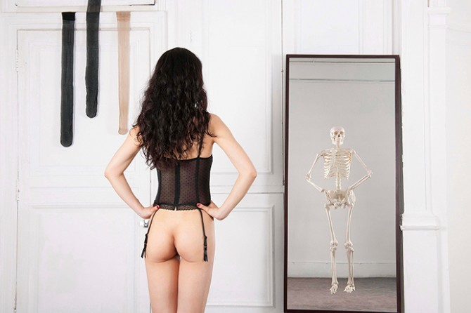 Wenjue ZHANG, Self-portrait III: Black corset, in front of mirror, 150 cm × 100 cm, Digital printing, 2012, France. Image © Wenjue ZHANG. Used here by kind permission from the artist. All rights reserved.